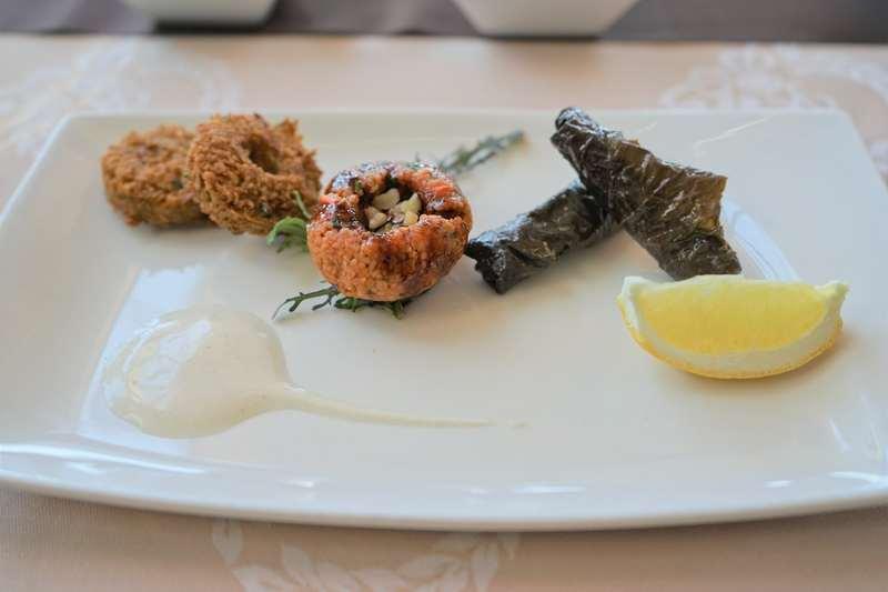 Entrées froides - falafel, kébbé veggie, feuilles de vigne farcies aux légumes et riz, laban khiar, fattat hummus