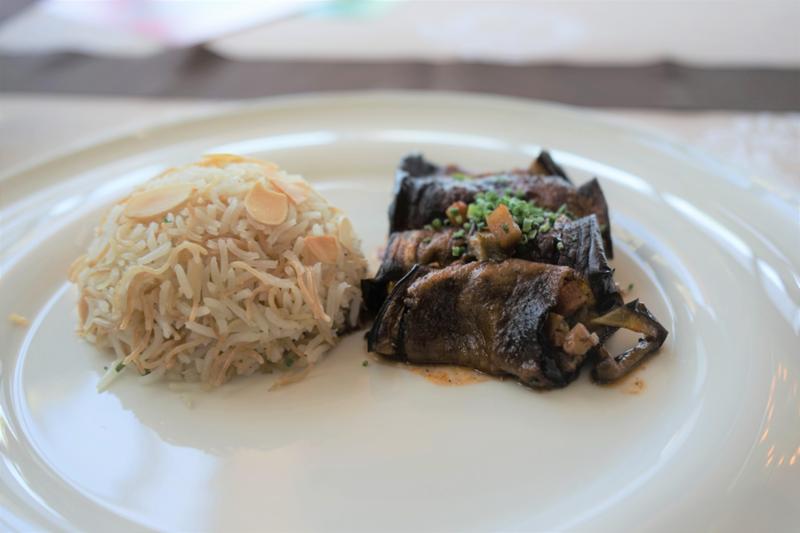 Plat principal - mahchi banjan végétarien, ou autrement dit, aubergines farcies aux légumes avec riz et vermicelles